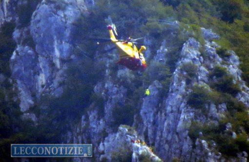 Elicottero Lecco : Lecco escursionisti tratti in salvo dall elicottero del